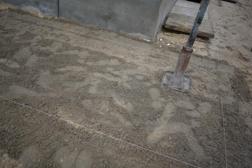 цементную смесь трамбовать